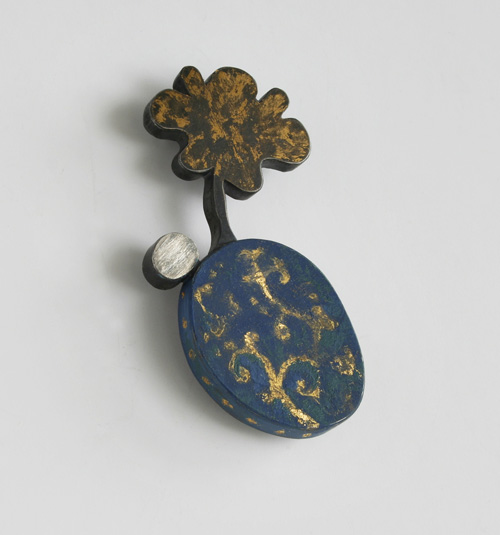 FLOREAT, brooch, 2011, silver, patina, leaf gold, enamel paint, 60 mm